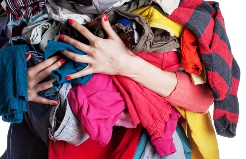 Люди покупают огромное количество ненужной одежды