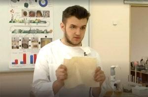 Валентин Фречка держит в руках бумагу из листьев
