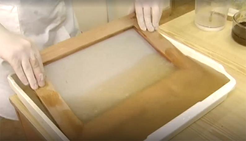 Этап производства бумаги из опавших листьев