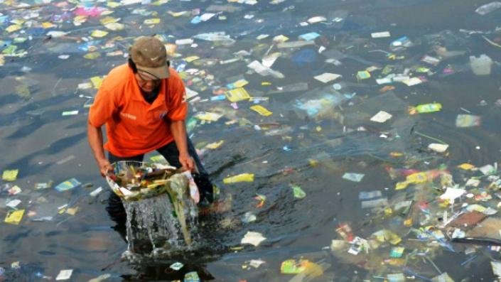 Рыбаки из Индии превращают пластик в дороги