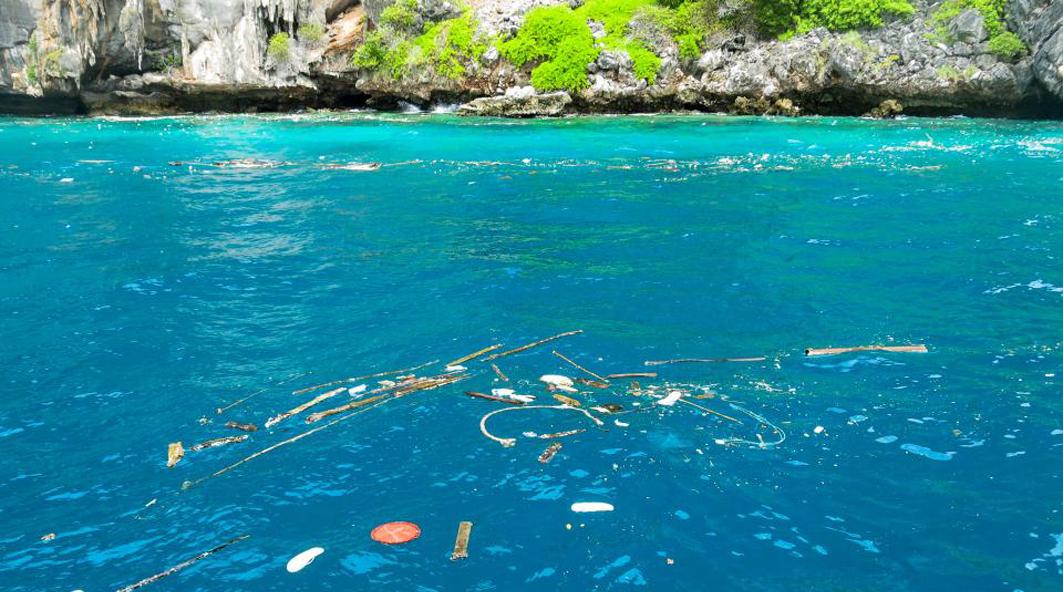 пластик в бухте Майя Бэй
