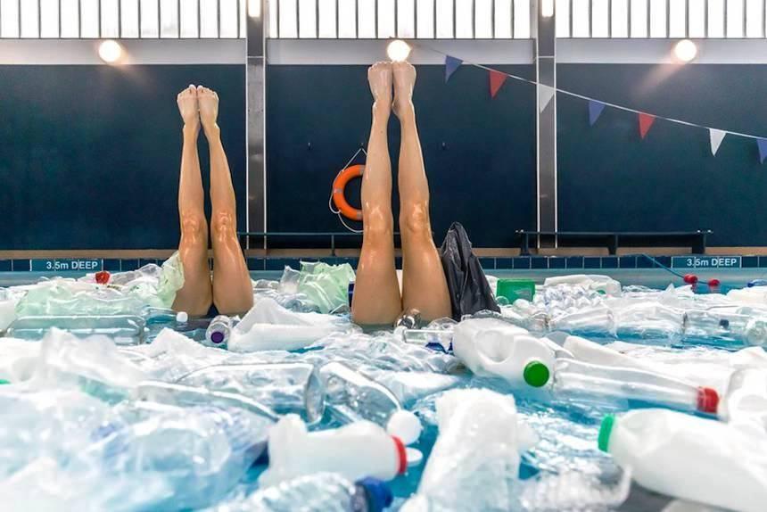 пловчихи в бассейне с пластиком